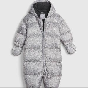 Gap snowsuit size 6-12 months.